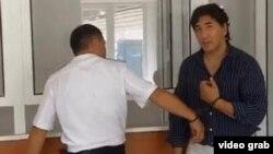 Постановлением суда уральский предприниматель Барлык Мендыгазиев взят под арест в зале суда. Скриншот с видео.