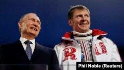 Президент Роcії Володимир Путін і бобслеїст Олександр Зубков на церемонії закриття Олімпійських ігор у Сочі в 2014 році