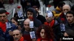 Demonstranti u Ankari drže fotografije ubijenih u terorističkom napadu