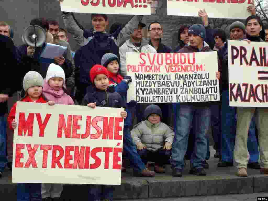 В акции протеста беженцев-салафитов приняли участие и их дети - С 1999 года началось их преследование по религиозным мотивам. И вот на протяжении ряда лет продолжается фабрикация уголовных дел, запугивание. По меньшей мере четыре участника этой общины сейчас сидят в казахских тюрьмах, осужденные по общеуголовным статьям.