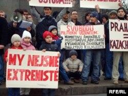 Казахские религиозные беженцы проводят демонстрацию протеста против их возможной депортации из Чехии в Казахстан. Прага, 7 февраля 2009 года.