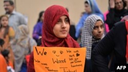 Девушка держит плакат с надписью: «Мы хотим вернуть наших учителей» — на акции протеста против закрытия школ PakTurk. Исламабад, 17 ноября 2016 года.