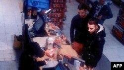 Abrini i filmuar nga kamerat e sigurisë në një pikë karburanti, së bashku me Abdeslamin, dy ditë para sulmeve në Paris.