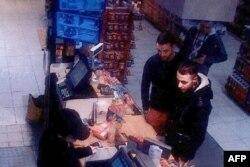 Мохамед Абріні (Л) і Салах Абдеслам, підозрюваний в участі нападів у Парижі, якого поліція затримала у Брюсселі напередодні нападів. Їх зафіксували камери спостереження на заправці на північ від Парижа за 2 дні до атак у Франції.