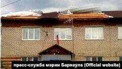 Разрушенная ураганом крыша