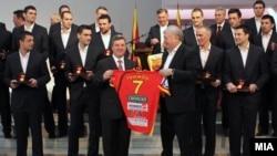 Претседателот Ѓорге Иванов им додели на ракометарите медал за заслуги за Македонија за освоеното петто место на ЕП што се одржа во Србија.