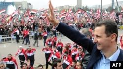 Претседателот Башар ал-Асад зборува на провладин митинг во Дамаск на 11 јануари 2012 година.
