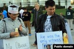 Гражданский активист Бахытжан Торегожина и независимый журналист Лукпан Ахмедьяров проводят акцию протеста против убийства ключевого свидетеля по делу о расстреле демонстрантов в Жанаозене. Вашингтон, 17 октября 2012 года.