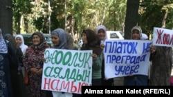 Эътирози тарафдорони ҳиҷоб дар Бишкек. Акс аз соли 2011