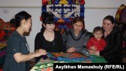 Женисгуль Даулетова (вторая слева) обучает женщин рукоделию. Алматинская область, 5 апреля 2014 года.
