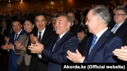 Президент Казахстана Нурсултан Назарбаев (в центре) после премьеры фильма «Путь Лидера. Астана», состоявшейся накануне Дня первого президента. Астана, 30 ноября 2018 года.