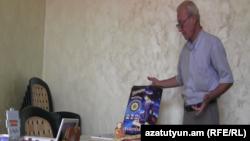 Գործարար Ղևոնդ Թորգոմյանը ցուցադրում է իր պատրաստած խաղալիքների նմուշները