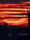 Сонячне затемнення над мостами, що перетинають Іст-Рівер у Нью-Йорку, США