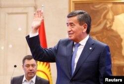 Сооронбай Жээнбеков Жогорку кеңешке келіп, президенттіктен кеткенін жариялаған сәт. 16 қазан 2020 жыл.