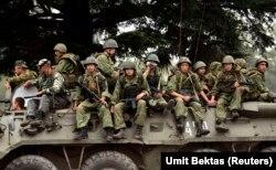 Российские военные покидают грузинский город Сенаки. 19 августа 2008 г.