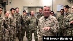 ارشیف، جنرال کېنت مککنزي په افغانستان کې له مېشت یو شمېر امریکايي پوځیانو سره د لیدو پر مهال