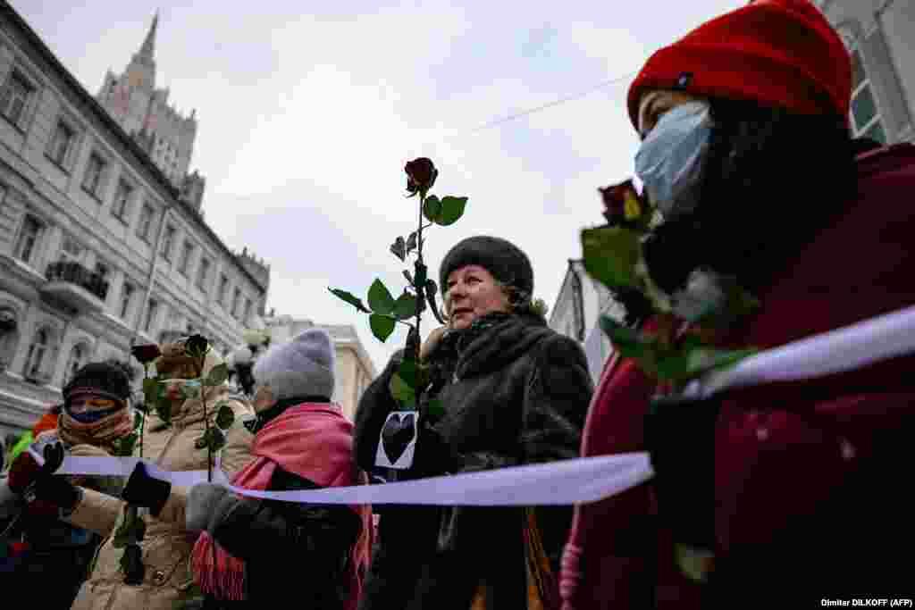 На други места в Москва жените носеха цветя и образуваха жива верига в подкрепа на Навални.