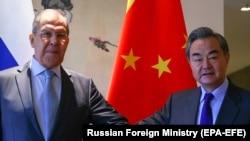 Ministrul rus de externe, Serghei Lavrov (stânga) și omologul său chinez, Wang Yi, la întâlnirea din 23 martie, din acest an, de la Guilin/China.