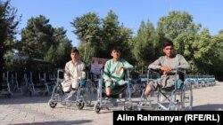 سه تن از جوانانی که در اثر انفجار ماین معیوب شده اند
