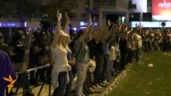"""Девојки решија да ги заштитат полицајците од """"провокаторите"""""""