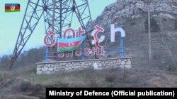 Şuşanın işğaldan azad olunması, Azərbaycan bayrağı Şuşanın girişinə asılıb, 9 noyabr 2020