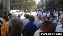 Активісти біля будівлі суду в день винесення вироку Ахтему Чийгозу 11 вересня 2017 року