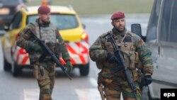 Kontrolle policore në afërsi të aeroportit të Brukselit, 23 Mars 2016.
