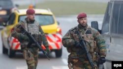 Ոստիկանները ստուգում են Բրյուսելի օդանավակայանի տարածքը, 23-ը մարտի, 2016թ.
