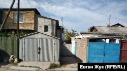 Заборы и гаражи полностью «съели» тротуар
