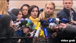 Майя Санду в окружении журналистов