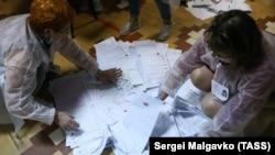Сотрудники избирательных комиссий во время подсчета голосов на избирательном участке под Севастополем, иллюстрационное фото