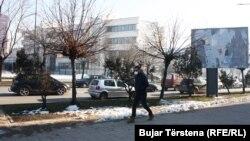 Një person ka vendosur maskë për tu mbrojtur nga ajri i ndotur në Prishtinë.