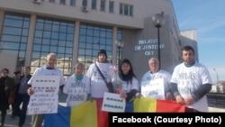 Greva foamei în fața Palatului Justiției Olt din Slatina în martie 2018, după respingerea acțiunii de anulare a Sentinței 657/2006