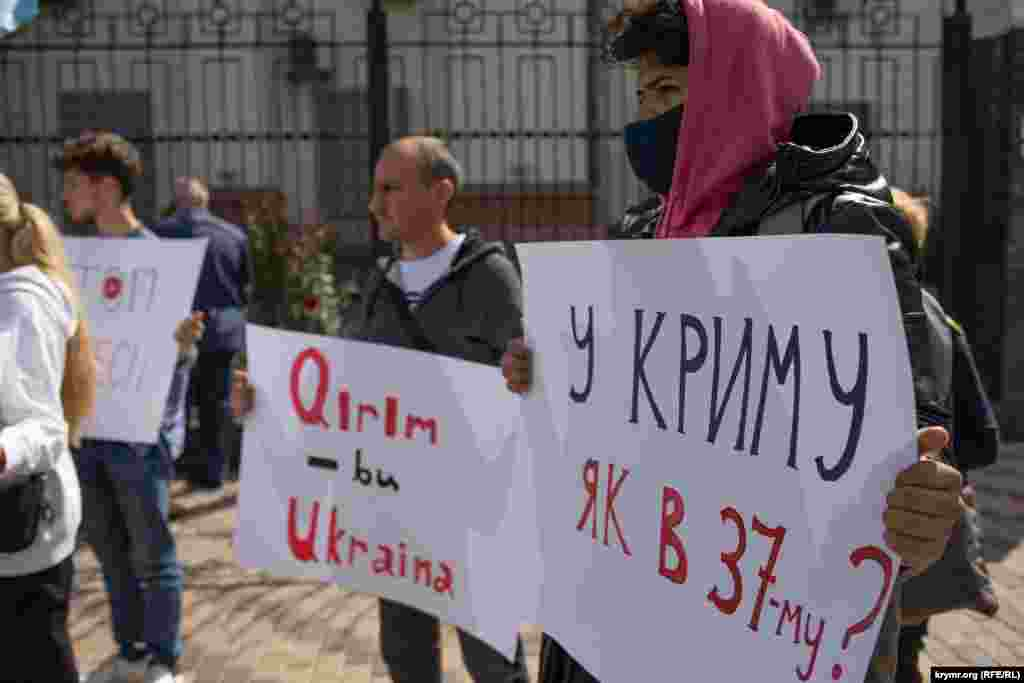 Надпись на плакате:«В Крыму, как в 37-м?»