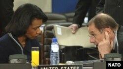 آقای سولانا از سوی پنج عضو دائم شورای امنیت به همراه آلمان مامور شده است تا چگونگی اغاز مذاکرات اتمی با ایران را بررسی کند.