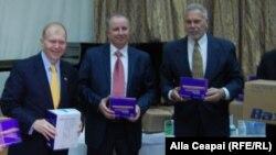 Ambasadorul american William H. Moser (stânga) la ceremonia de predare a ajutorului american