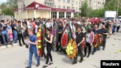 Похороны Андрея Максименко, продавца оружейного магазина «Паллада», погибшего в результате вооруженного нападения. Актобе, 8 июня 2016 года.