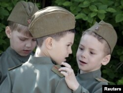 სკოლამდელი ჯარის აღლუმის მონაწილე ბავშვები