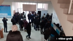 Требующие постоянного трудоустройства жители города Жанаозена в отделе занятости и социальных программ.