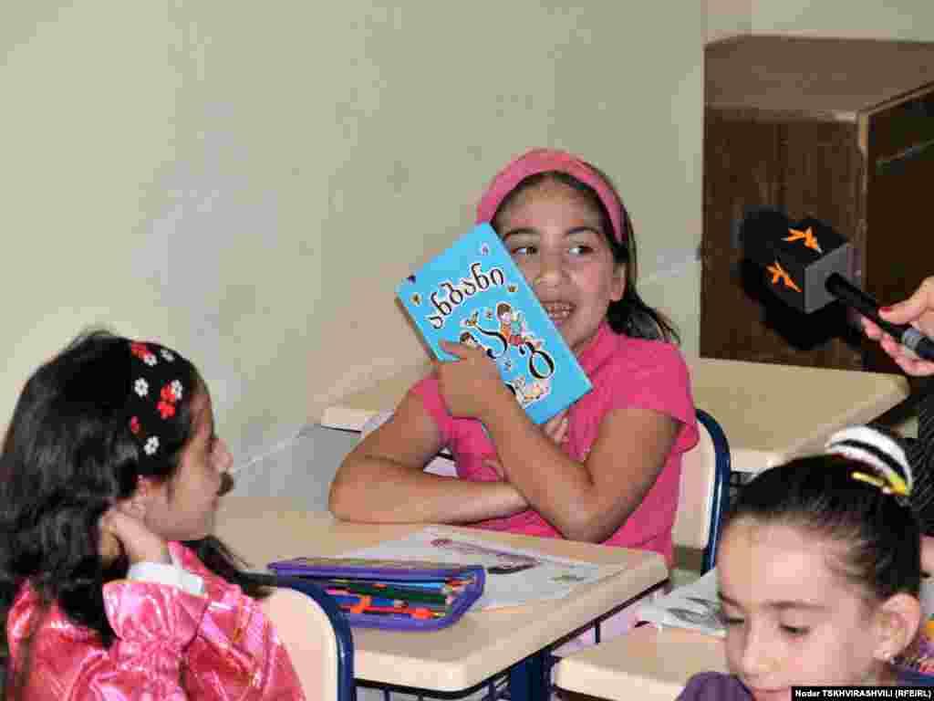 პირველკლასელების პირველი წიგნი - საქართველოს ყველა საჯარო სკოლაში დღეს ახალი სასწავლო წელი დაიწყო. სწავლა ამიერიდან ყველა საჯარო სკოლაში 15 სექტემბერს დაიწყება და 15 ივნისს დასრულდება. თბილისის, ქუთაისისა და ბათუმის ყველა სკოლას მანდატურები მოემსახურებიან.