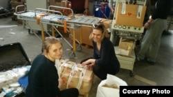 Волонтери розпаковують коробки із ліками з Італії