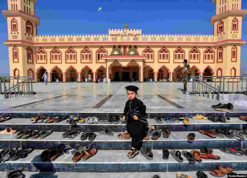 Афганський хлопчик біля мечеті перед молитвою під час Ід аль-Фітр, мусульманського свята, що відзначає закінчення священного місяця посту Рамадан, у провінції Лагман (Reuters/Parwiz)