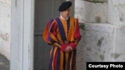 حفاظت از جان پاپ ، و حضور در مراسم رسمی واتيکان با اونيفورم های رنگارنگی که ميگل آنژ در قرن ۱۶ طراحی کرده است ، از جمله وظايف کوچک ترين ارتش جهان است که از ۱۳۰ نظامی تشکیل می شود.