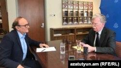 Këshilltari për siguri kombëtare i Shtëpisë së Bardhë, Michael Bolton, gjatë intervistës me shërbimin armen të Radios Evropa e Lirë.