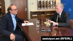 Директор Армянской службы Радио Свободная Европа/Радио Свобода Грайр Тамразян берет интервью у советника президента США по вопросам национальной безопасности Джона Болтона, Ереван, 25 октября 2018 г.