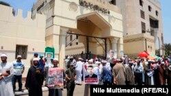 موالون لمرسي يتظاهرون أمام الأزهر