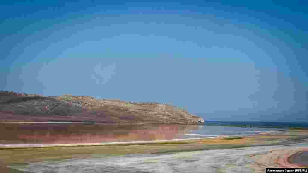 """Репортеры """"Крым.Реалии"""" (проекта Украинской редакции Азаттыка) приехали на Кояшское озеро после ливней. Из-за дождей соляной покров водоема немного посветлел."""