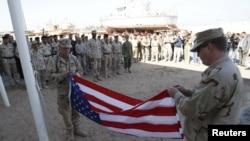 جنود أميركيون في البصرة يلفون علم بلادهم إستعداداً لتسليم قاعدتهم الى القوات العراقية