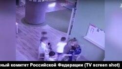 Стоп-кадр с записи камеры видеонаблюдения частного детского сада Happy Baby в Барнауле