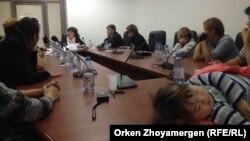 Встреча выселяемых из жилого комплекса «Махаббат» в Астане и общежития в посёлке Пригородный на встрече с уполномоченным по правам ребёнка в Казахстане (детским омбудсменом) Загипой Балиевой (у двери). Астана, 26 сентября 2016 года.